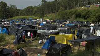 De mange interimistiske boliger består blandt andet af telte, presenninger og plastikposer.