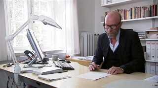 På kontoret her tager Jørgen Bech Jessen, klinisk psykolog på Rigshospitalet, imod opkald til rådgivningstelefonen.