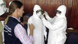 Sundhedspersonale i de ebola-ramte lande ifører sig beskyttelsesdragter, når de behandler smittede. Men arbejdsforholdene er ringe, og der er visse steder mangel på udstyr, hvilket har resulteret i, at både læger og sygeplejersker har fået virussen.