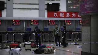 Bagage er spredt over det hele på togstation i Kunming.