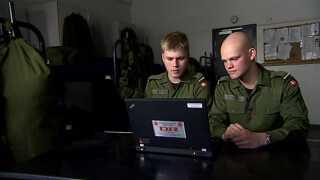 Både Christian Ryt-Hansen og Matthias Madsen har set klip fra DR3's dokumentarserie 'Min Krig' og mener, at de kan se elementer af deres værnepligtstræning i de skarpe situationer, som er filmet med danske soldaters hjelmkameraer.