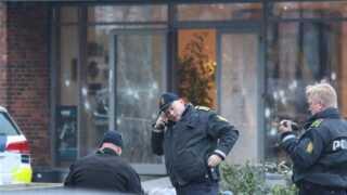 Betjente foran de gennemskudte ruder til Krudttøndens foyer.