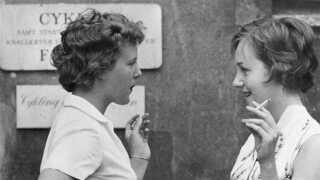 Tronfølgeren til sin første forelæsning, skriver Berlingske Tidende tirsdag d. 10. september 1959. Prinsesse Margrethe overværede i går sammen med sin veninde, stud. jur. Helle Stangerup sine første to forelæsninger på Københavns Universitet.