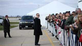Livvagter fra Secret Service beskyttede den republikanske kandidat Mitt Romney under valget i 2012. Her holder agenter øje med publikum ved et af Mitt Romneys kampagnemøder.