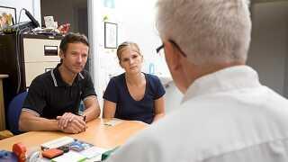 Selv om at lægen, jordemoderen eller sundhedsplejersken ikke selv tager emnet op, er de uddannet til at give råd og vejledning.