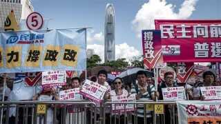 Hundreder af demokratitilhængere har i flere dage demonstreret mod den ny valglov i Hongkongs gader.