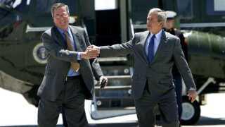 Jeb Bush (tv) sammen med sin bror, George W. Bush (th), tilbage i 2006, da sidstnævnte var præsident.