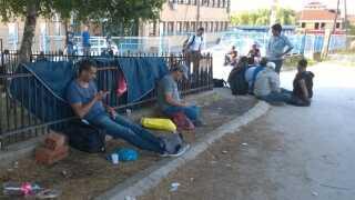Den lange rejse til fods er hård kost for de mindste flygtninge.