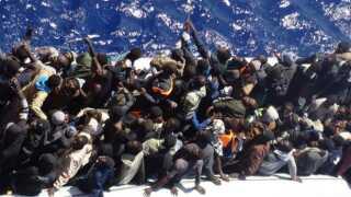 De to gummibåde var fyldt til randen med flygtninge. Der blev sænket en stige ned, hvorefter de en efter en kom op på det danske handelsskib.