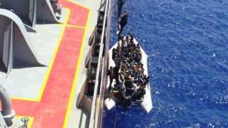 Skibet fra det danske rederi Torm redder her flygtninge fra den ene af to gummibåde.