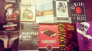 Alexander Scholz med Jean Paul Sartres 'Kvalme' og Ernest Hemingways 'Sandt ved daggry' under armen.