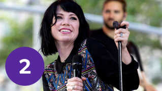 Canadiske Carly Rae Jepsens 'Cut To The Feeling' giver Sandie Westh lyst til at drikke paraplydrinks. Derfor er nummeret også på listen over årets potentielle sommerhit.