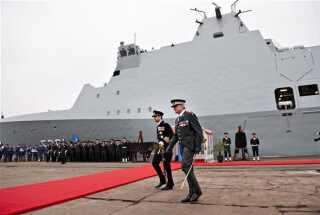 Kronprins Frederik navngiver forsvaret ny fregat på Lindøværftet. Chef for Forsvarets Materielkommando Per Ludvigsen følger kronprinsen.