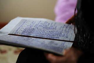 I en lille notesbog, har Gulbahar Jelilova skrevet navnene ned på alle de kvinder, hun mødte i sin celle i Kina. I dag ved hun ikke, hvad der er sket med de mange kvinder. Foto: Michael S. Lund