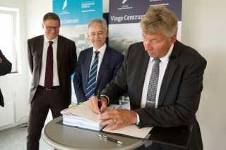 Borgmester John Schmidt Andersen (V), underskriver tildelingsaftalen med AP Ejendomme og MT Højgaard, der skulle sætte gang i projektet med Vinge Centrum. Aftalen faldt senere sammen.
