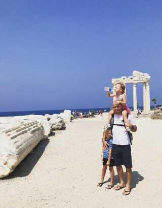 Mark O. Madsen nyder tiden sammen med børnene. Her på en tur til Tyrkiet i 2018.