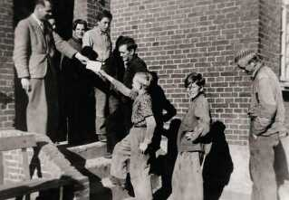Seden Enggård på Fyn. Det opstillede foto fra cirka 1960 viser, hvordan drengene får post hjemmefra.