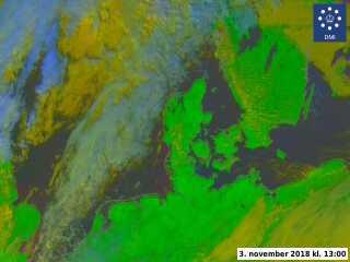 Vejret over Danmark i dag klokken 13. De spættede skyer, som ligger over Nordsøen, er i øvrigt dem i ser på billedet fra Hirtshals af Birger Josephsen.