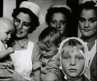 Bagerst til højre i billedet ses Frede Farmand Rasmussens store kærlighed; Frk. Hansen, der var ansat på børnehjemmet. Sammen med musikken, som Frede Farmand Rasmussen oplevede både via radioen og særligt kirken, var hun blandt de få lysglimt i en hård børnehjemsbarndom.  Frede Farmand Rasmussen ses forrest i billedet med bandage om hovedet.