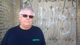 Johnny Reinholdt startede på skiltefabrikken i 1983 og bor stadig i Slagelse, i dag arbejder han på en anden fabrik.