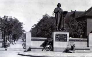Statuen af Niels W. Gade, mens den stod på Skt. Annæ Plads i København. Siden skulle Kong Christian 10. have en rytterstatue - så Gades mindesmærke blev flyttet til Østre Anlæg, hvor det står lidt gemt væk den dag i dag.