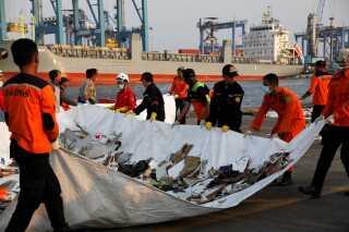 Redningsarbejdere bjærger vragdele efter flystyrtet i Indonesien. 198 mennesker døde, da flyet forulykkede.