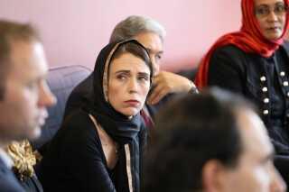 New Zealand premierminister Jacinda Ardern mødtes fredag med repræsentanter for det muslimske samfund i Canterbury flygtningescenter i Christchurch.
