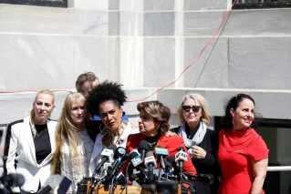 Advokat Gloria Allred, som står forrest i rød blazer på billedet, har været talskvinde for de omkring 60 kvinder, der mener at være blevet forulempet af Bill Cosby.