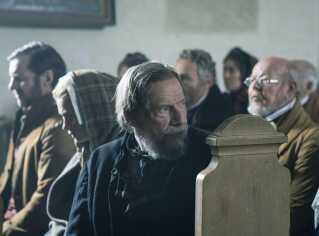 Din placering i kirken fortæller, hvor højt på strå du er. Og Jesper Christensens bonde Jens er ikke tilfreds ...