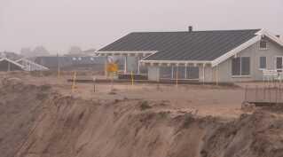 Tre sommerhusejere har fået påbud om rømme deres huse, efter der er konstateret skred og revner i sandet så tæt på, at det er for farligt at opholde sig på stedet.