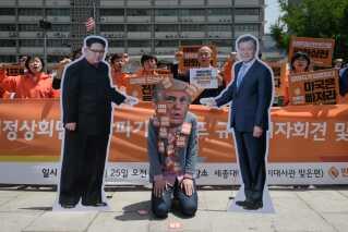 Der var demonstranter foran den amerikanske ambassade i Seoul efter det aflyste møde.