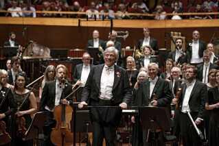 Michael Schønwandt, der stod i spidsen for DR Symfoniorkestret på aftenen, har gennem årene både været chefdirigent for Berliner Symfonikerne, Den Hollandske Radios Kammerfilharmoni og 1. gæstedirigent for DR Symfoniorkestret. Fra 2000-2011 var han musikchef for Det Kongelige Teater og chefdirigent for Det Kongelige Kapel. I dag er han chefdirigent ved Operaen i franske Montpellier.