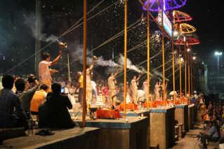 Scene fra 'The Story of God'. Præster udfører aarti ritualet ved floden Ganges i Indien.