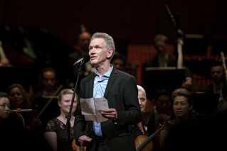 Hans Abrahamsen holdt også takketale, og her fortalte han samtidig, hvordan han selv begyndte at gå til torsdagskoncerter i DR i 1960'erne og også dér opdagede DR Symfoniorkestret, som stod for den musikalske ledsagelse fredag aften.