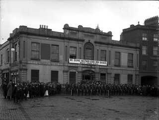 """""""Vi tjener hverken konge eller kejser, men Irland"""", lyder sloganet på banneret foran Liberty Hall i 1914."""