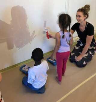 Elever fra uddannelsesinstitutionen ZBC inspirerer børnehavebørnene i Ventemøllegården til at blive håndværkere.