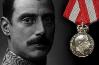 Ian Fleming modtog Kong Christian Xøs Frihedsmedalje, som blev tildelt udlændinge og danskere bosat i udlandet, som gjorde en særlig indsats for Danmark under krigen.