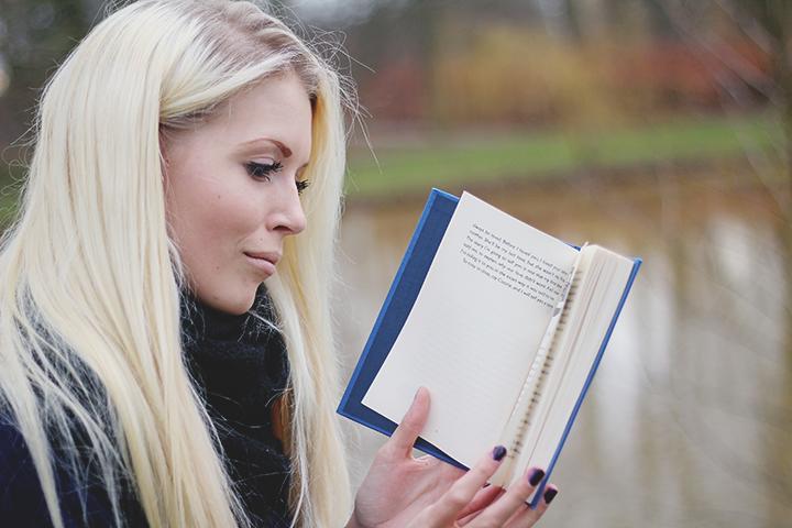 Rikke Møller blogger om bøger på 'Paperback Castles'.