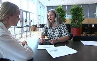 Kontorchef i KL, Pia Færch (t.h), forklarer DR Nyheder om baggrunden og målsætningerne for det nye system.