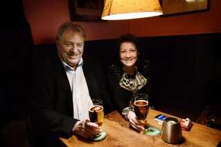 Kim Christiansen og konen Pia Adelsteen på Hviids Vinstue i København.