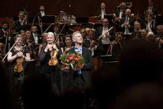Nærmest traditionen tro var der kongelige gæster, da Danmarks helt store musikpris, Léonie Sonnings Musikpris for 2019 på ikke færre end 100.000 euro - eller cirka 750.000 kroner, blev fejret fredag aften ved en festkoncert i Koncertsalen i DR Koncerthuset. Prisen har været uddelt siden 1959, men det var kun femte gang, at den gik til en dansker - nemlig den 66-årige komponist Hans Abrahamsen.