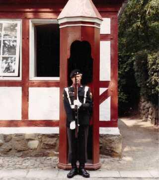 Ole Christensen i uniform og på vagt hos Dronningens Livregiment.