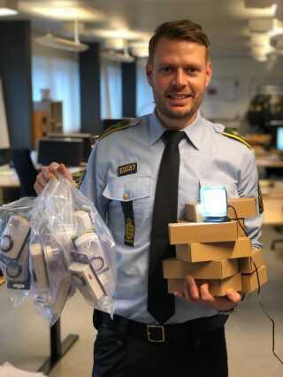 Politikommissær Jan Rasmussen fra Syd- og Sønderjyllands Politi med tænd-og-sluk-ure og Fake TV.
