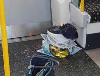 Spanden med bomben i stod brændende tilbage i undergrundstoget efter eksplosionen.