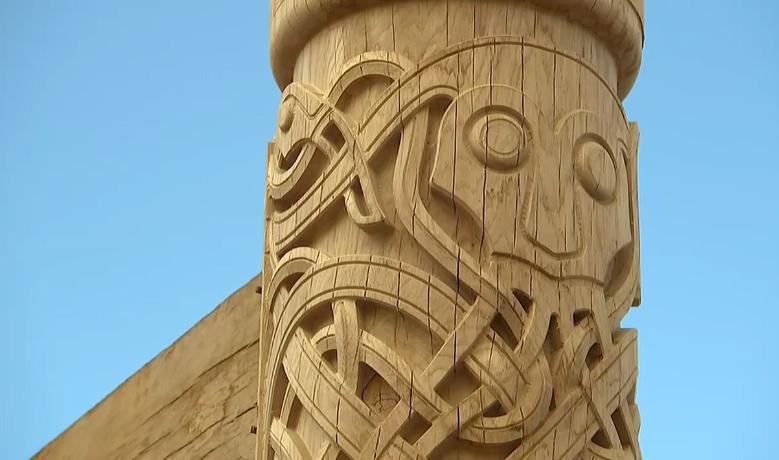 Udskæringerne i træet er lavet, som vikingerne ifølge Sagnlandet Lejre lavede dem med blandt andet gudebilleder.