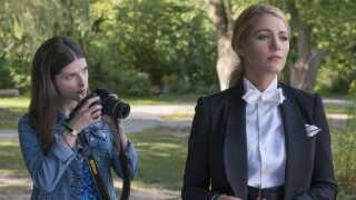 Anna Kendrick (tv.) har rollen som Stephanie i 'A Simple Favor', historiens mest kærlighedsfyldte curlingmor, mens Blake Lively (th.) spiller hendes totale modsætning Emily, en karrierekvinde, der altid er på arbejde.