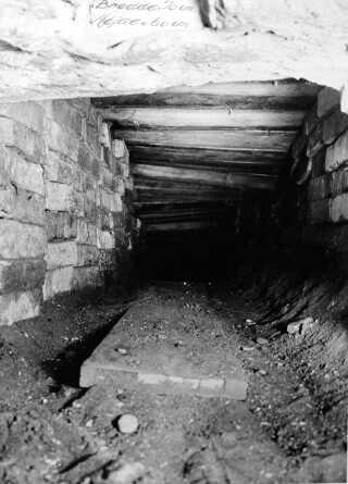 Tunellen som den så ud kort efter flugten. Siden blev den lukket og muligvis fyldt ud af myndighederne.