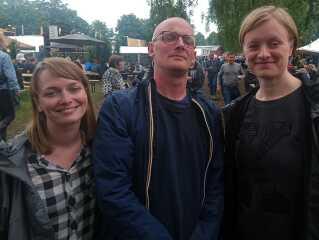 Tre trætte men lykkelige medlemmer af dr.dks festivalredaktion efter fire dage i smat og sol. Fra venstre: Nynne Hein Møller, Frederik Bjerre Andersen og Marie Ravn Nielsen