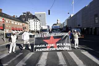 Stilladsarbejdere blokerer Bernstorffsgade ved Hovedbanegården i København hvor DSB-ansatte strejker. Foto: Ritzau Scanpix/Philip Davali