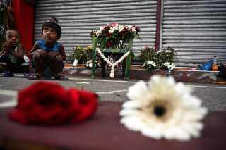 Blomster lagt ved St. Anthony's Shrine i Colombo, hvor et af terrorangrebene fandt sted.